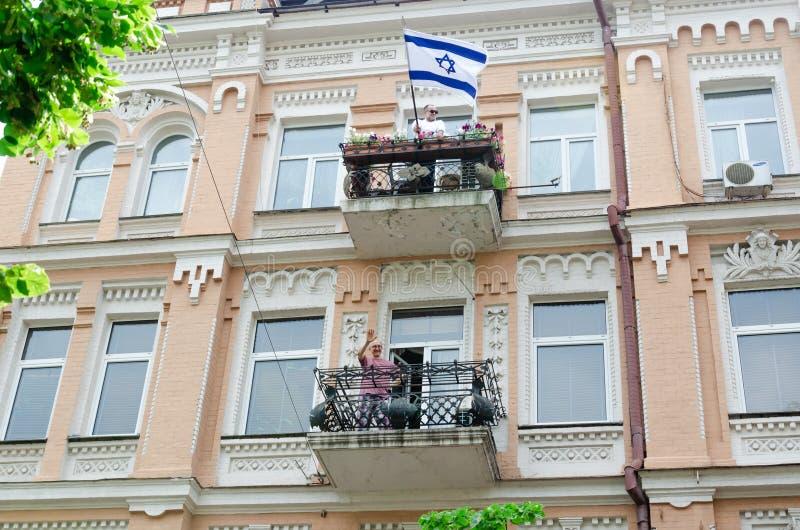 Kiev, Ukraine - 23 juin 2019 Mars d'égalité Marche KyivPride de LGBT D?fil? homosexuel Drapeau israélien sur le balcon photographie stock libre de droits