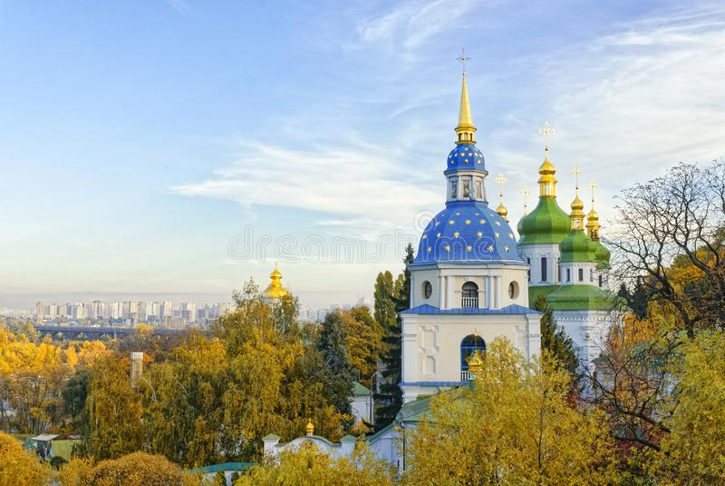Kiev, Ukraine Le monastère de Vydubychi est entouré d'arbres d'automne images stock