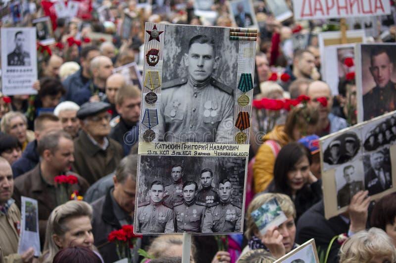 Kiev, Ukraine - 9 mai 2019 : Citoyens avec des portraits des ancêtres qui sont morts - guerriers sur la marche sur l'anniversaire photographie stock libre de droits