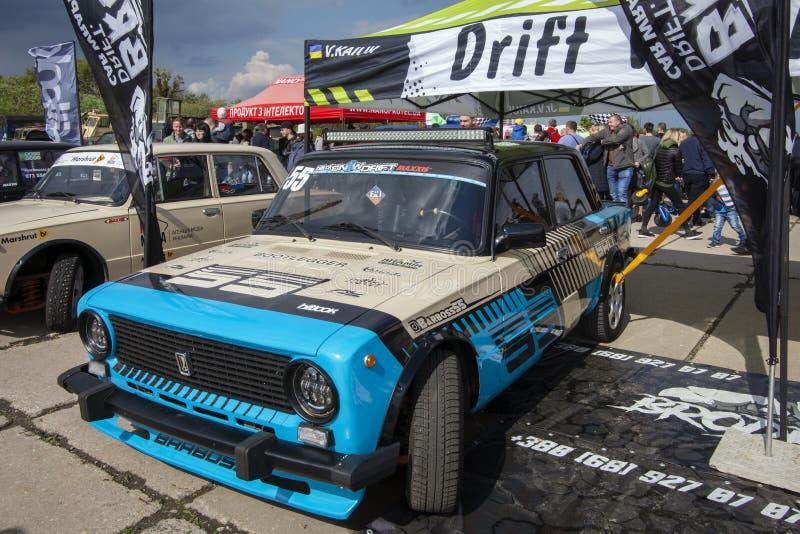 KIEV, UKRAINE - 10 MAI 2019 : De vieilles voitures russes Lada 2101 et 2104 sont préparées pour la course images stock