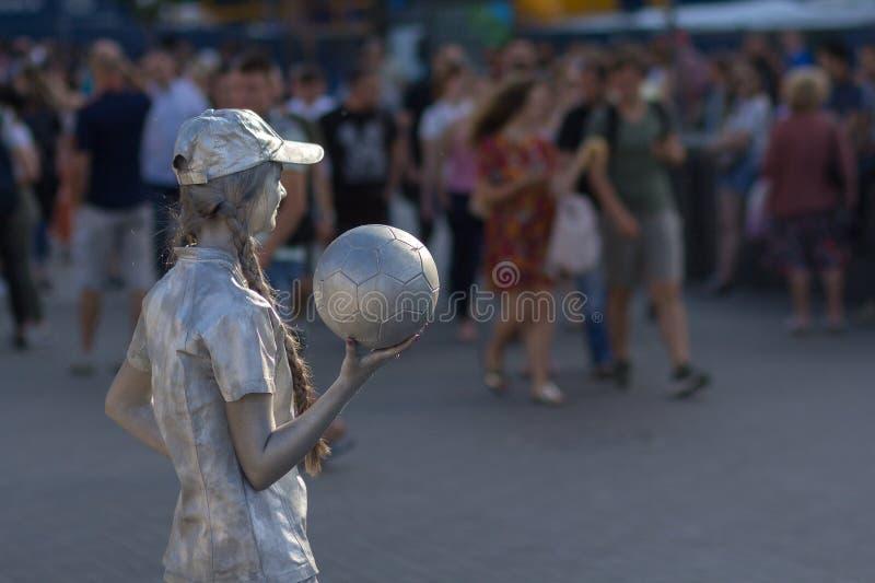 Kiev, Ukraine - 25 mai 2018 : Fille - les statues vivantes avec du ballon de football amuse pour des touristes images libres de droits