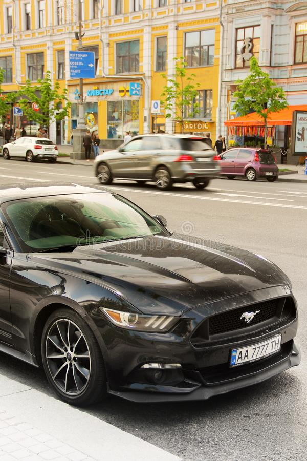 Kiev, Ukraine - 3 mai 2019 : Ford Mustang noir dans la ville image stock