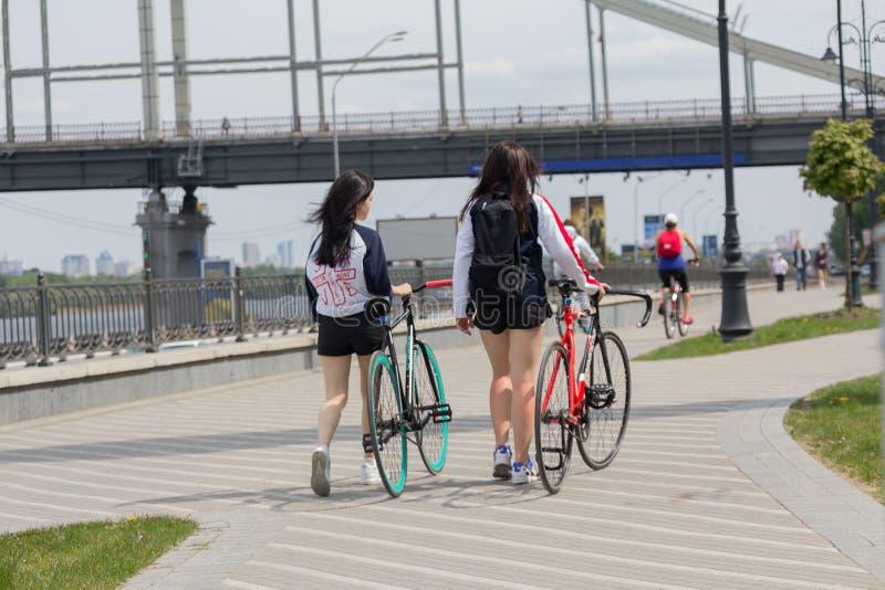 Kiev, Ukraine - 13 mai 2016 : Jeune fille - cycliste flânant photographie stock libre de droits