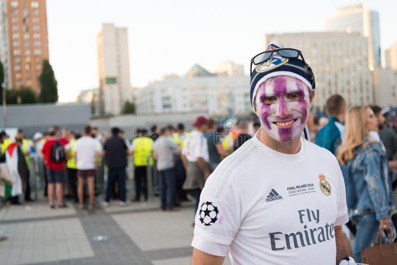 KIEV, UKRAINE - 26 MAI 2018 : Le fan de l'UEFA de l'équipe de football de Real Madrid et de Liverpool de FC devant la dernière UE photographie stock libre de droits