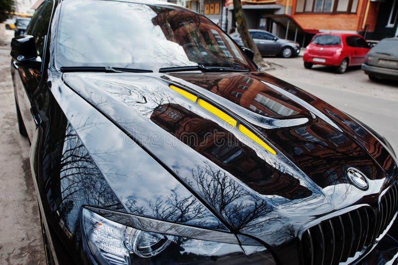 Киев, Украина-22 марта 2017: черный капот автомобиля BMW X6 M performance на улице. Стоковая фотография