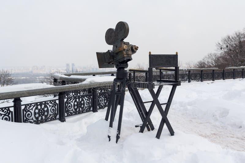 Kiev, Ukraine - 4 mars 2018 : Appareil-photo de monument et chaise d'appareil-photo photographie stock