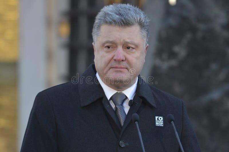 KIEV, UKRAINE - 28 novembre 2015 : Le président de l'Ukraine Petro Poroshenko et son épouse a commémoré les victimes du famine-gé images stock