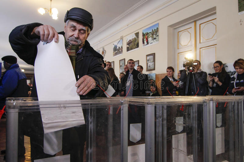 KIEV, UKRAINE - 25 octobre 2015 : Élections locales régulièrement programmées en Ukraine images libres de droits