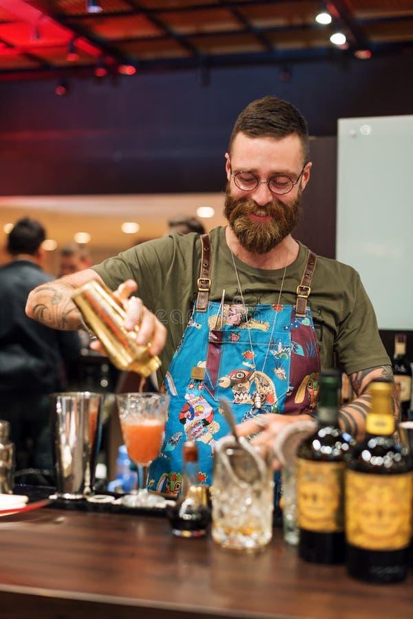KIEV, UKRAINE - 30 OCTOBRE 2016 : Festival de barman Barman barbu beau de hippie avec la longue barbe et moustache avec images stock