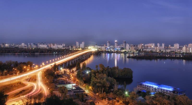 KIEV, UKRAINE - 14 OCTOBRE 2019 : Le paysage nocturne du pont de Paton et de la rive gauche de Kiev photo stock