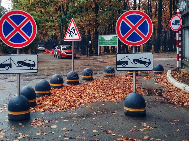 KIEV, UKRAINE - 5. Oktober 2019: Viele Straßenschilder Schleppwagen stockfotografie