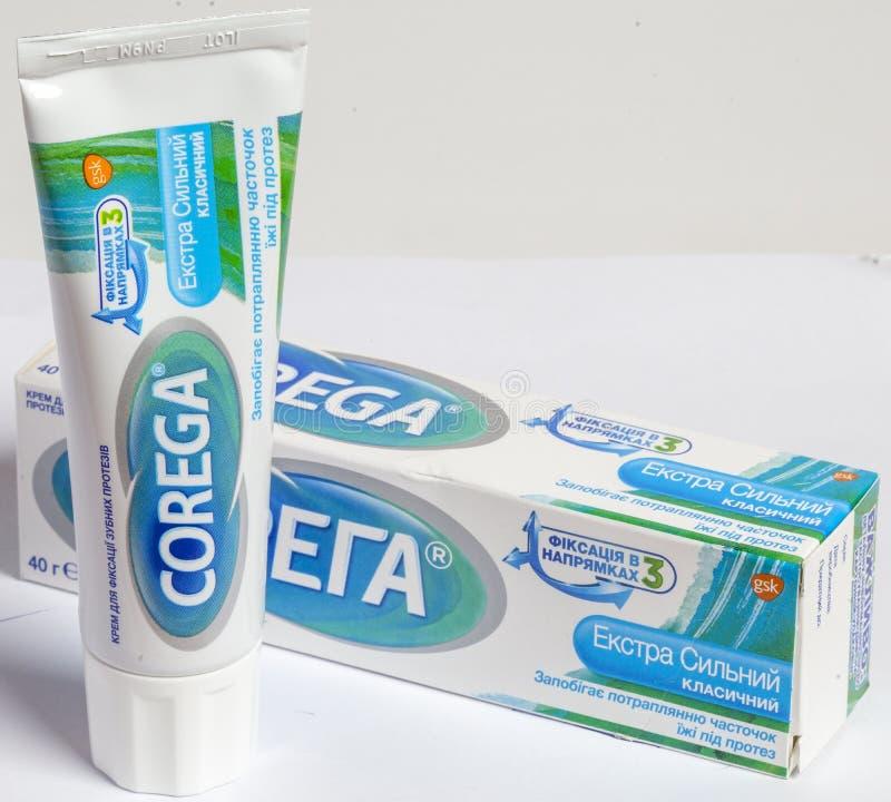 KIEV, UKRAINE - 18 septembre 2019 : Crème Korega extra-forte pour la fixation des dentiers photographie stock libre de droits
