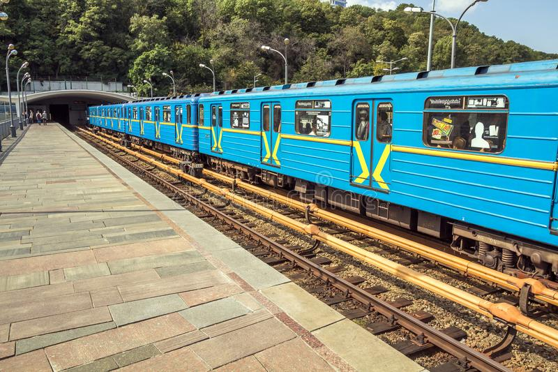 Kiev, Ukraine - 20 septembre 2017 : Les voitures de train de Merto s'approchent du tunnel images stock