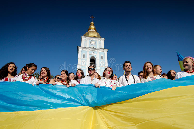 KIEV, UKRAINE - 26 septembre 2015 : Mars dans les vyshyvankas à Kiev du centre photo stock