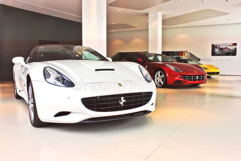 Kiev vinter, December 2, 2013 Ferrari Kalifornien & Ferrari FF & Ferrari 458 Italia royaltyfri fotografi