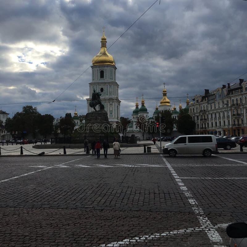 Kiev visitant le pays le soir images libres de droits