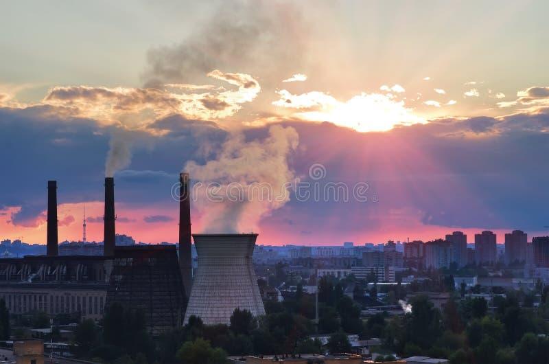 Kiew-HitzeTriebwerkanlage Darnytska Stadtansicht. Sonnenuntergang stockfotos