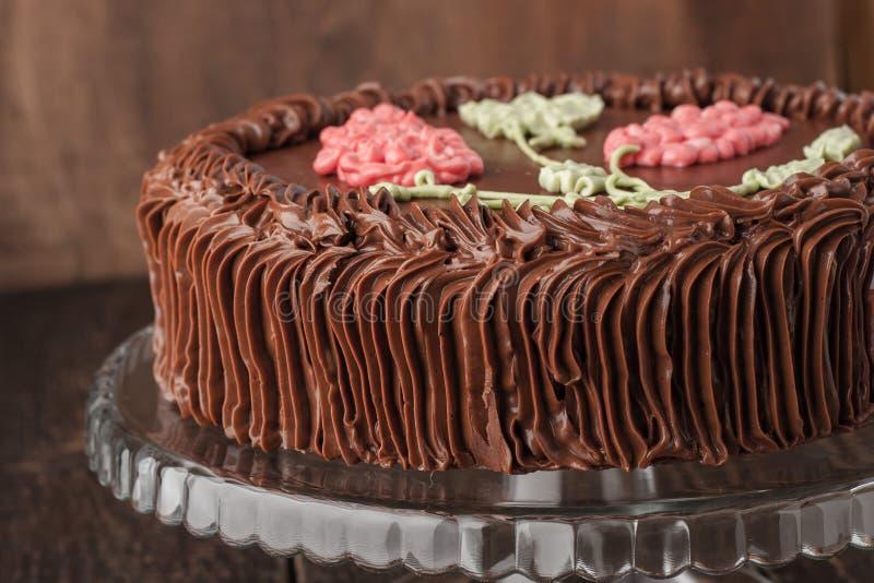 Kiew-Kuchen mit Schokoladencreme auf dem Glasstand horizontal stockbilder