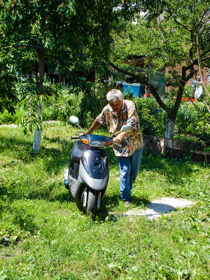 Kiew-Region, Ukraine - 12. Juli 2009: Mann, der Motorrad zur Reise fährt stockfotografie