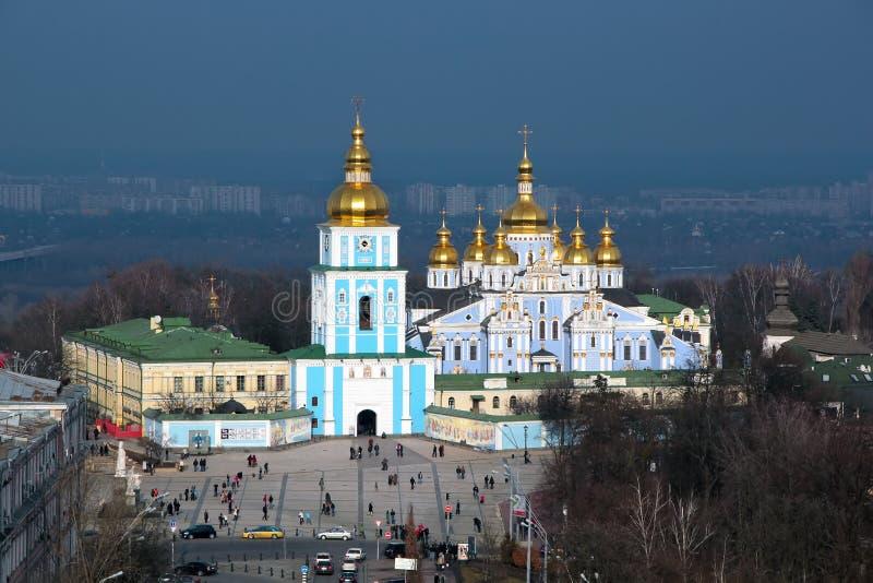 kiew Ukraine, 13 03 Ansicht 2011 von der Spitze des Quadrats und das St Michael u. das x27; s-Kathedrale mit goldenen Hauben stockfotografie