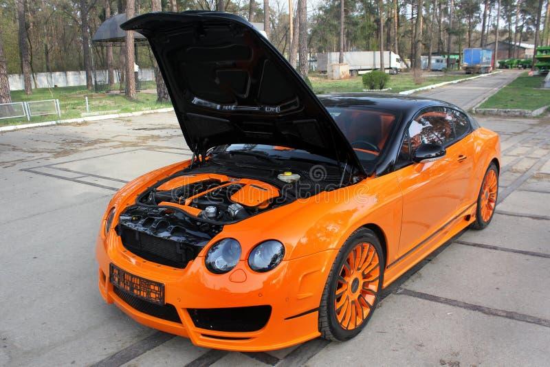 Kiew, Ukraine; Am 20. April 2015 Bentley Continental GT Mansory Bentley-Auto mit einer offenen Haube Bentley-Maschine stockbild