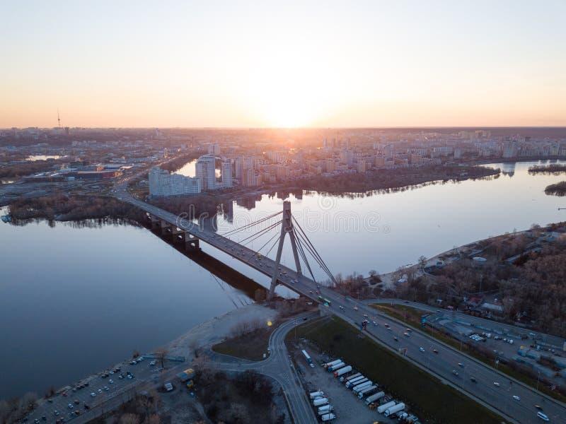 Kiew, Ukraine: Am 7. April 2018 - Stadtlandschaft von einer Vogel ` Saugenansicht übersehenden Nordbrücken-Moskau-Brücke herüber stockbilder