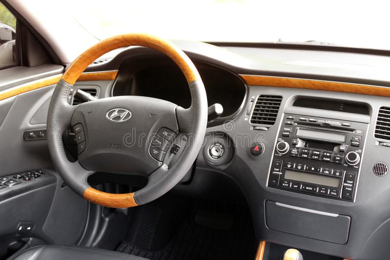 Kiew, Ukraine - 6. August 2018: Hyundai-Herrlichkeit Ansicht des Innenraums eines modernen Automobils, das den Armaturenbrett zei stockbild