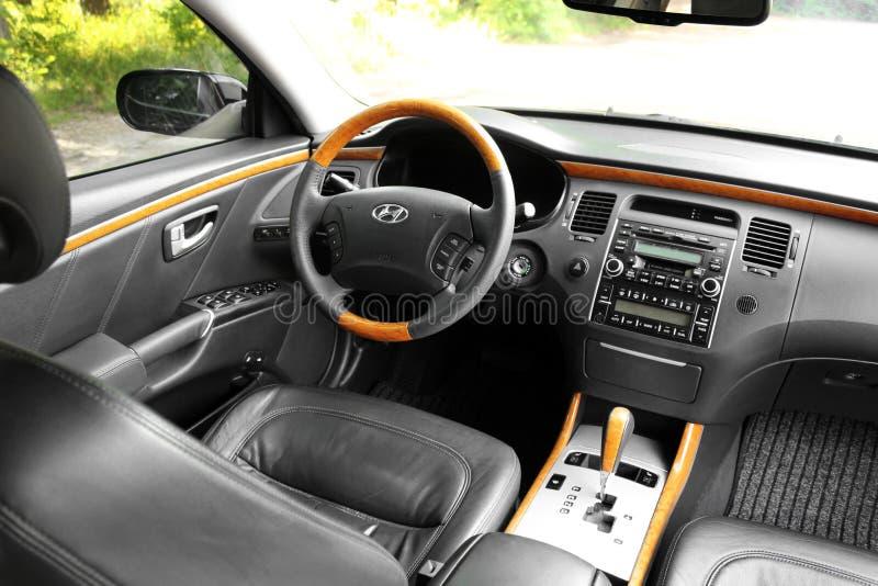 Kiew, Ukraine - 6. August 2018: Hyundai-Herrlichkeit Ansicht des Innenraums eines modernen Automobils, das den Armaturenbrett zei lizenzfreie stockfotos