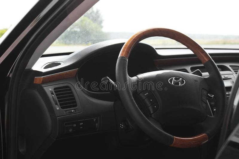 Kiew, Ukraine - 6. August 2018: Hyundai-Herrlichkeit Ansicht des Innenraums eines modernen Automobils, das den Armaturenbrett zei lizenzfreies stockbild