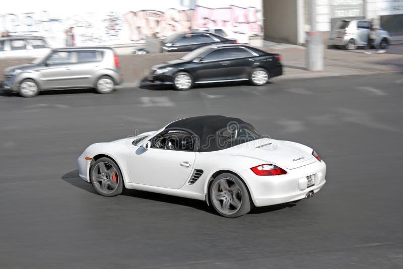 Kiew, Ukraine 28. August 2017 Weißes Porsche Boxster S in der Bewegung lizenzfreies stockbild