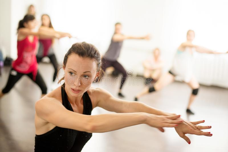 kiew Ukraine 06 20 2018 Berufstänzer junge Mädchen in einer Tanzstunde in einer modernen Tanzschule lizenzfreie stockbilder