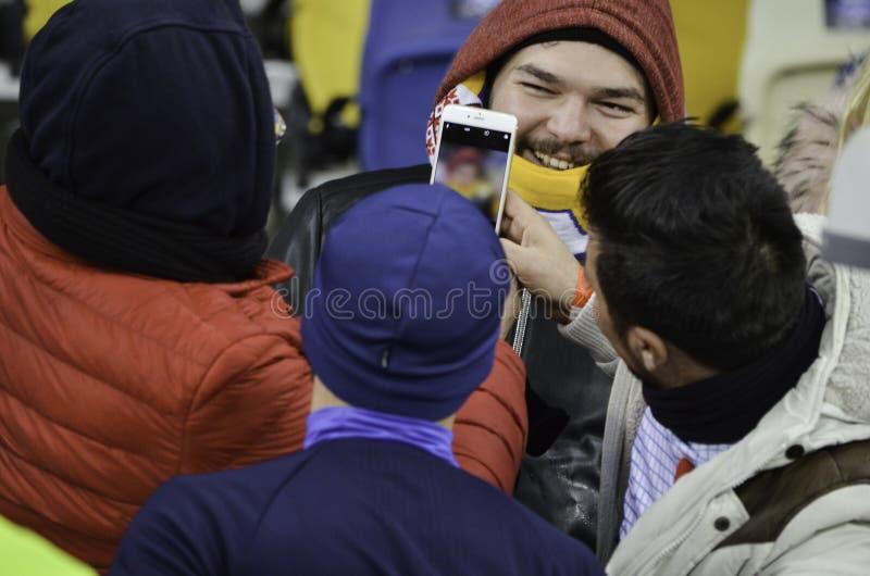 KIEW, UKRAINE - 6. DEZEMBER: Besiktas-Anhänger sind fotografierter Esprit lizenzfreie stockfotografie