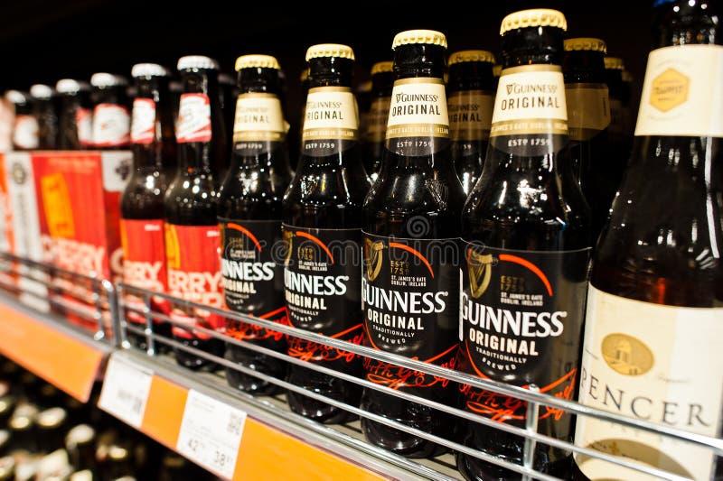 Kiew, Ukraine - 19. Dezember 2018: Flaschen Guinness-Bier auf Supermarktstandregalen Guinneß ist ein irischer trockener Stout das stockfotografie
