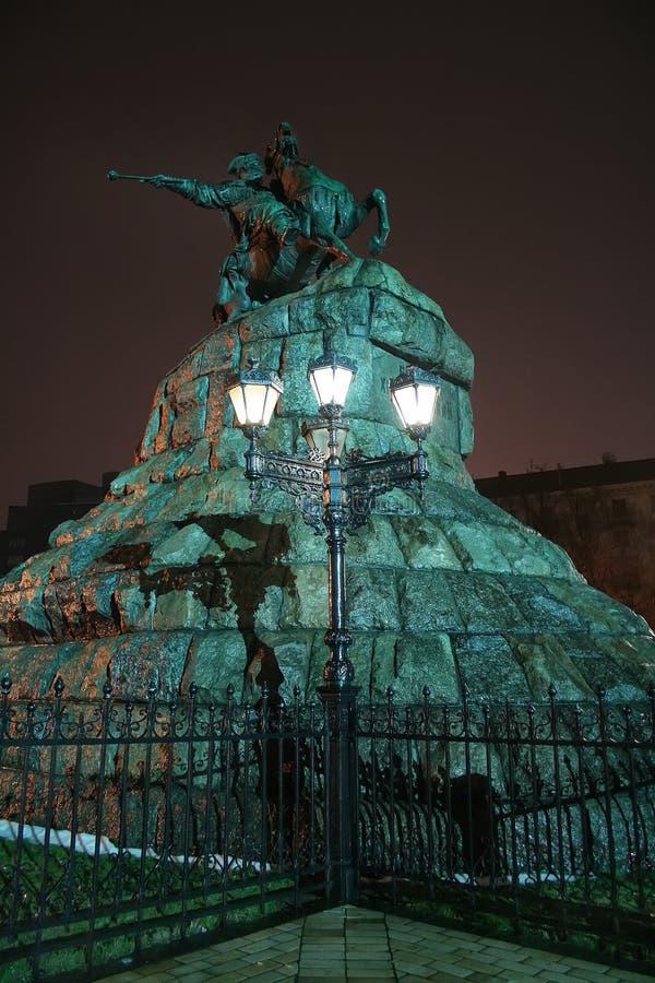 kiew ukraine 29 12 2005 Ein Monument zu Bogdan Khmelnitsky in der Nachtbeleuchtung lizenzfreie stockfotografie