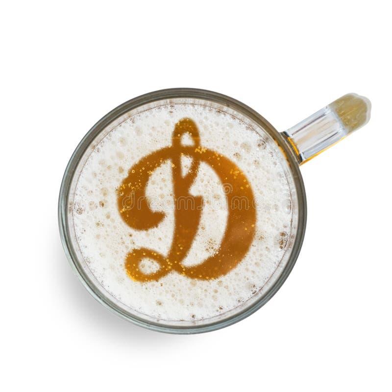 Kiew, Ukraine - 8. Februar 2019: FC-Dynamo-Logozeichen auf dem Bierschaum im Glas lokalisiert auf weißem Hintergrund Beschneidung stockbild