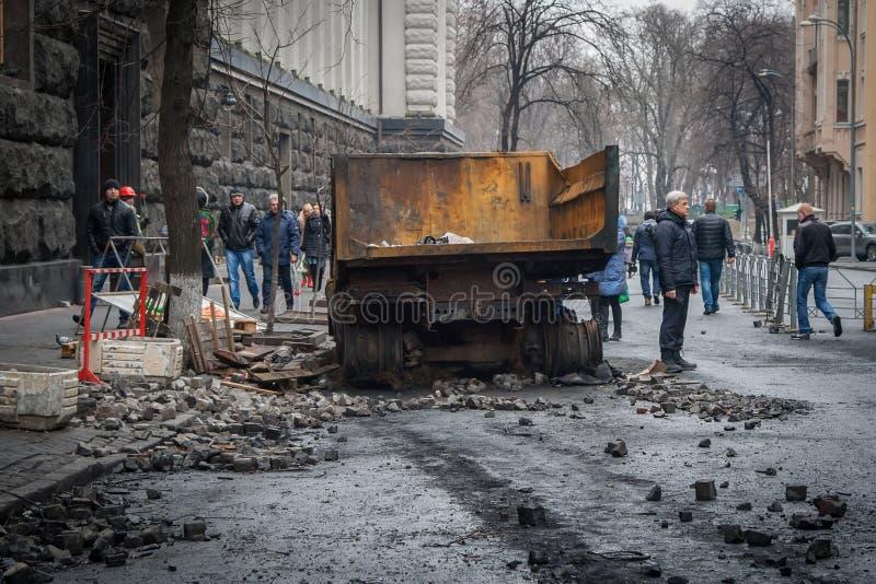 Kiew Ukraine 23. Februar 2014 Gebrannte Autos auf den Straßen von t stockfoto