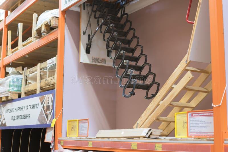 Kiew, Ukraine 19. Juli 2019 Treppe zum Dachboden im Baumarkt Das Konzept des Baus und der Reparatur stockfotografie