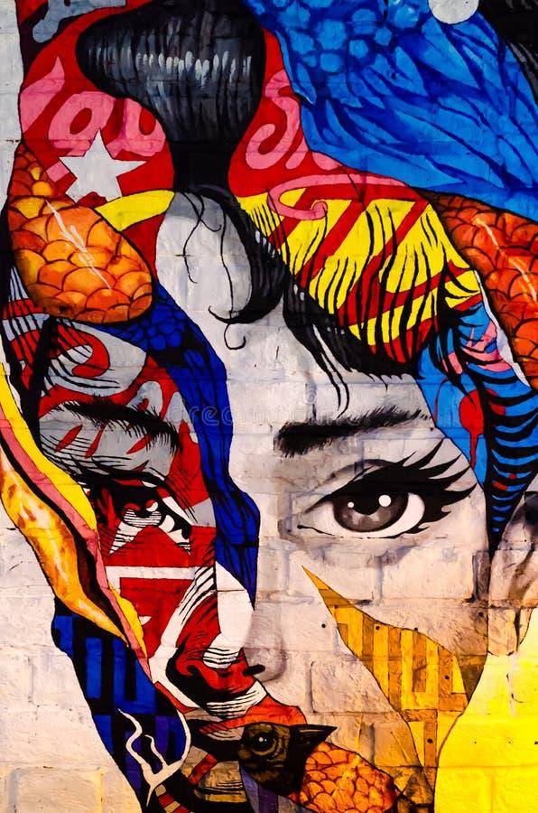 Kiew, Ukraine - 10. Juni 2019 Warhol-Stange Das Gesicht des Mädchens auf der Backsteinmauer Moderne Kunst Sch?nes Frauenportrait  stock abbildung