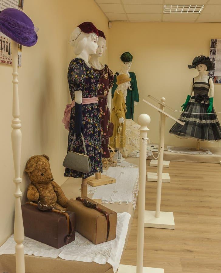KIEW, UKRAINE: Kleider und Zubehör des 40 ` s und 50 ` s lizenzfreie stockfotos