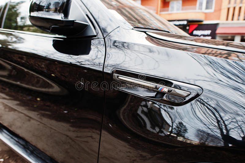 Kiew, Ukraine - 22. März 2017: Leistungsaufkleber BMWs X6 M stockbild