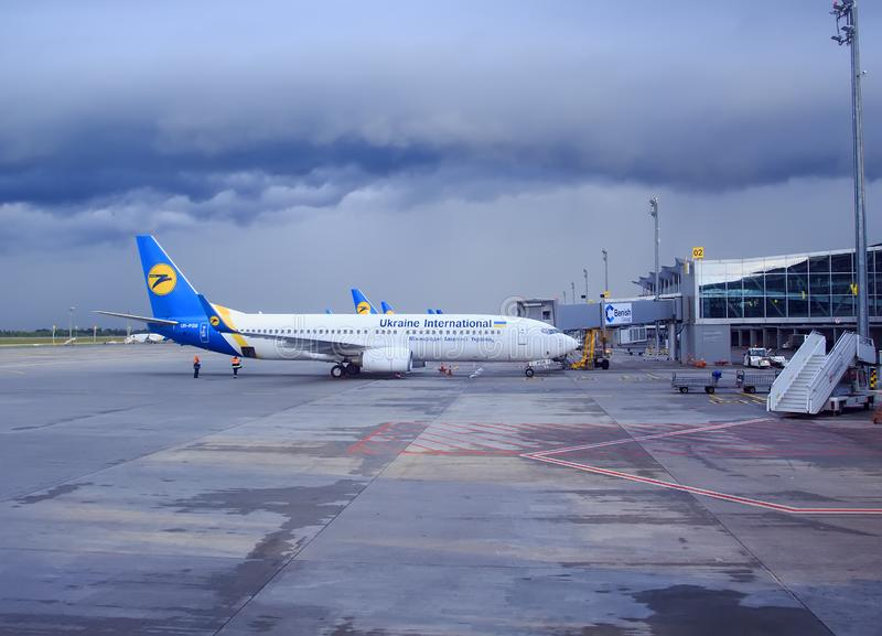 kiew Ukraine am 5. Mai 2016: Fluglinie das Flugzeug ist am Flughafen im wolkigen Wetter Borispol Flughafen stockbilder