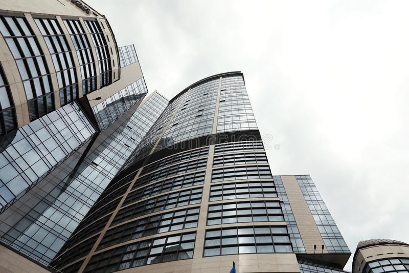 KIEW, UKRAINE - 21. MAI 2019: Niedrige Winkelsicht des modernen Hotels stockfotos