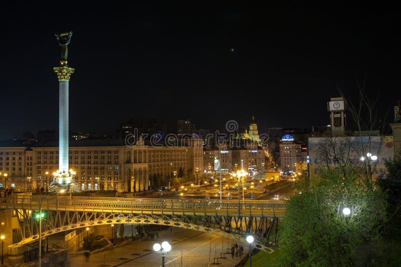 kiew ukraine 17 04 2015 Mitte von Kiew mit einem hohen Monument von Unabhängigkeit in der Nachtbeleuchtung stockfotos
