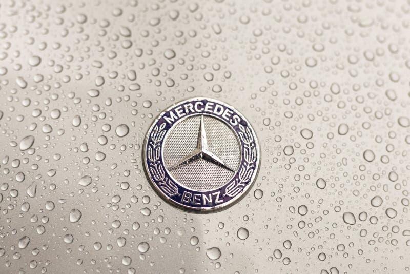 Kiew, Ukraine - 3. November 2017: Nahaufnahmeemblem modernen Luxus-Mercedes-Benz-Autos mit grauer nasser Haube stockfoto