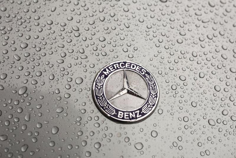 Kiew, Ukraine - 3. November 2017: Nahaufnahmeemblem modernen Luxus-Mercedes-Benz-Autos mit grauer nasser Haube stockbild