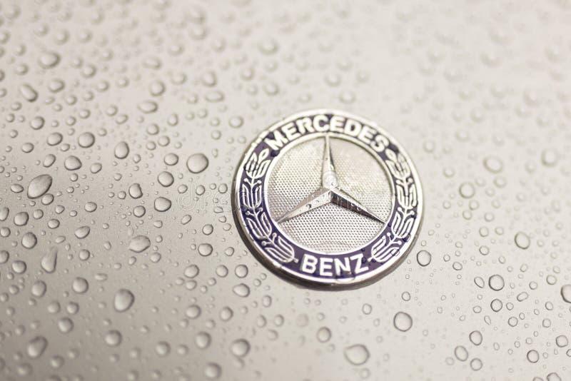 Kiew, Ukraine - 3. November 2017: Nahaufnahmeemblem modernen Luxus-Mercedes-Benz-Autos mit grauer nasser Haube stockfotos