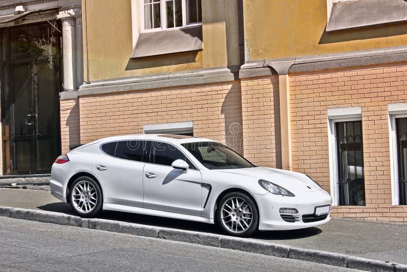 Kiew, Ukraine - 3. November 2017; Weißes Porsche Panamera geparkt auf dem Bürgersteig gegen den Hintergrund eines Privathauses stockfoto