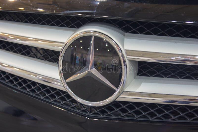 Kiew, Ukraine - 7. Oktober 2018: Mercedes Benz-Logoabschluß oben Mercedes-Benz ist ein deutscher Hersteller lizenzfreie stockfotos