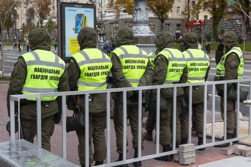 Kiew, Ukraine - 14. Oktober 2017: Nationalgardekämpfer stehen in einer Schnur stockfoto