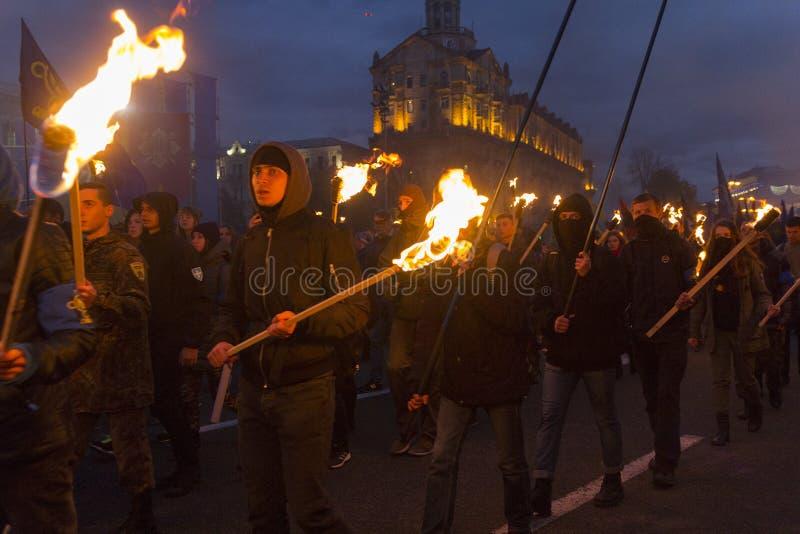 Kiew, Ukraine - 30. Oktober 2017: Radikale von den nationalistischen Parteien und von den Organisationen während der Fackel lizenzfreie stockfotografie